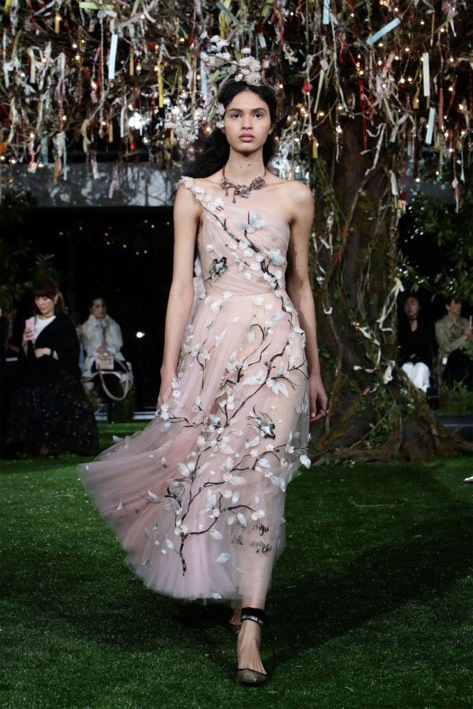 Восемь новых образов из кутюрной коллекции Dior