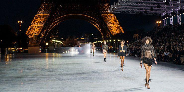Гости показа весенне-летней коллекции Saint Laurent, прошедшего у подножия Эйфелевой башни
