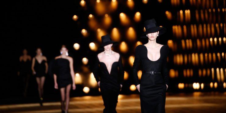 Короткие шорты и платья с широкими плечами в новой коллекции Saint Laurent by Anthony Vaccarello