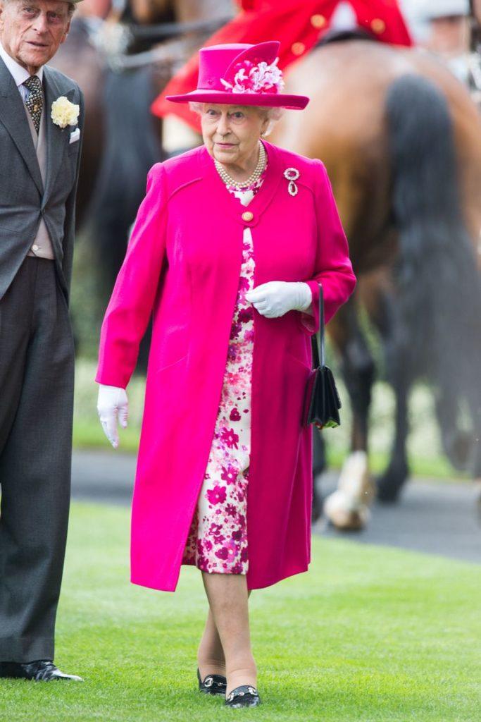 принесла краскам королевские цвета в одежде фото строила маршрут навигаторе