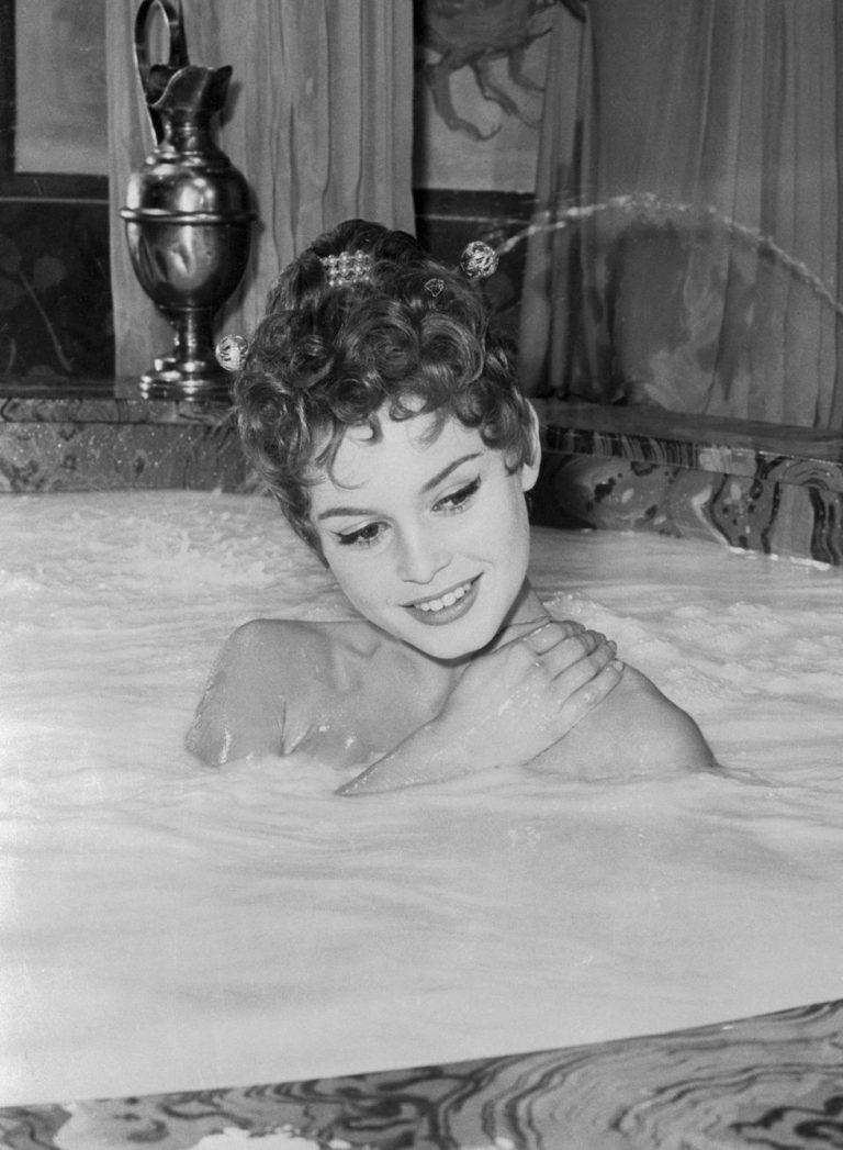 Как купаются знаменитости в ванной #14