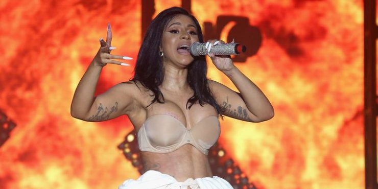 Зачем Карди Би выступала на сцене в халате?