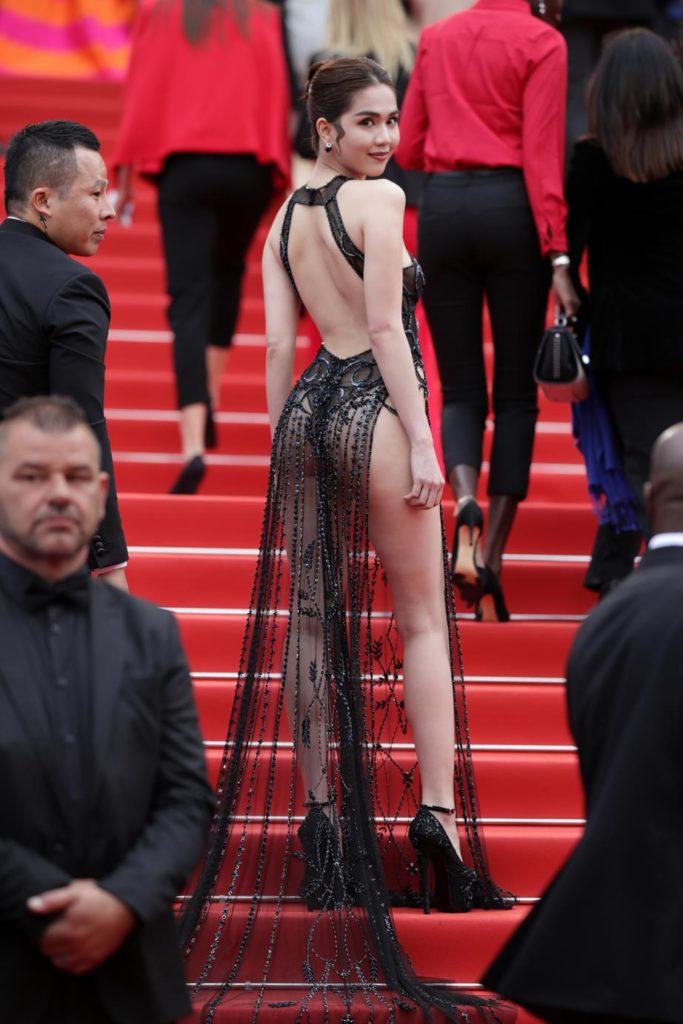 поиска фото девушек в платьях без нижнего белья усадил кобылку