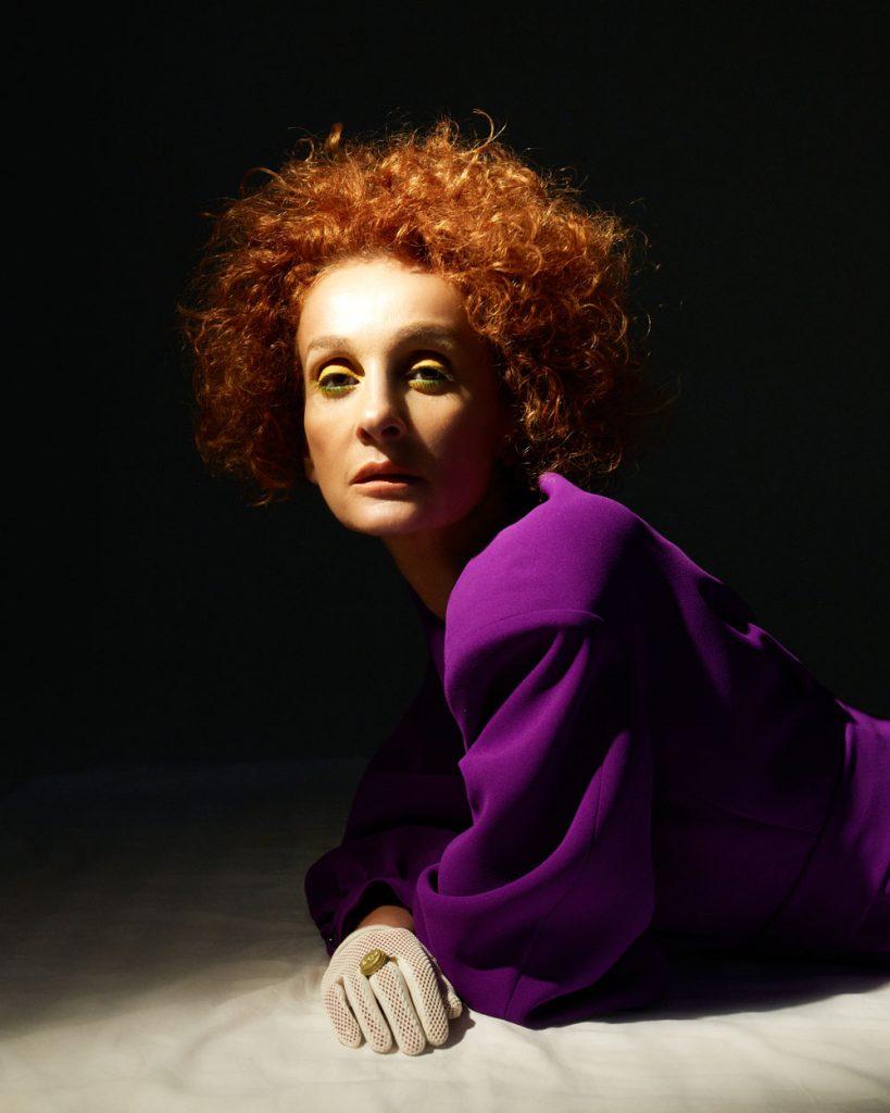 История о том, что стоит равняться не только на Беллу и Джиджи Хадид. Сотворить кумира можно и из 50-летней дивы – грузинского дизайнера и стилиста Нестан Расмуссен.