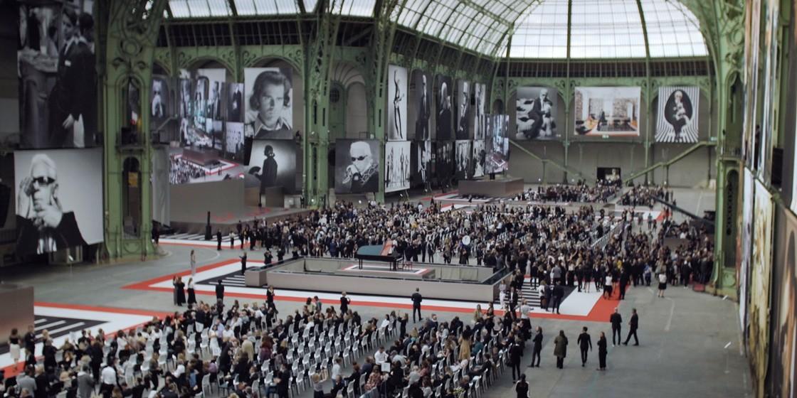 Париж попрощался с Карлом Лагерфельдом: видео