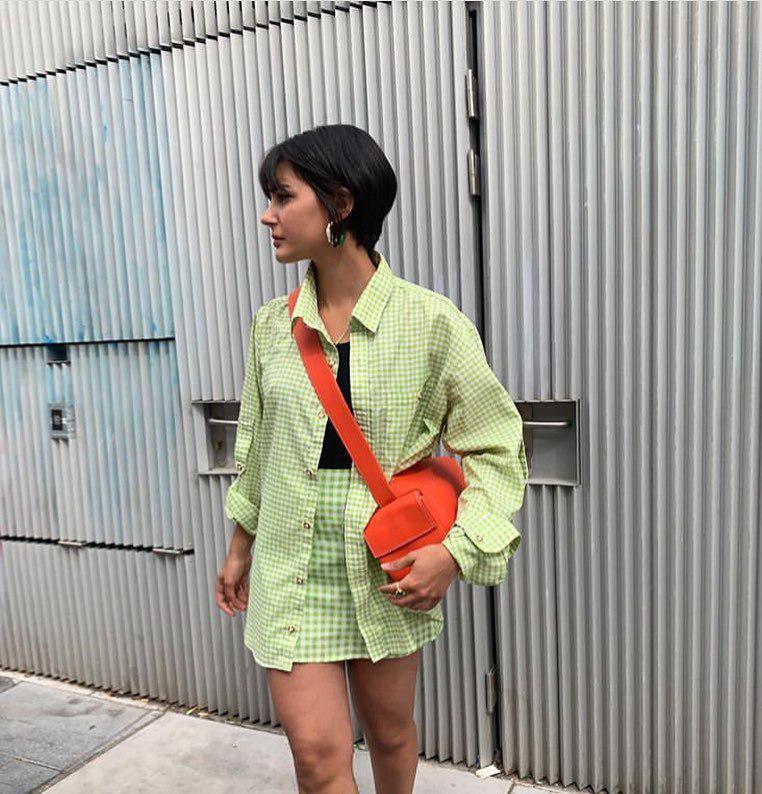 Ирина Шейк гуляет в одиночестве в платье самого модного летнего цвета