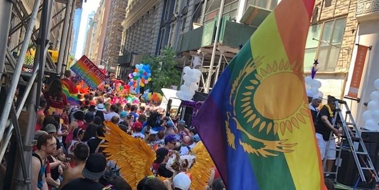Всемирный прайд: казахстанцы прошлись с радужным флагом