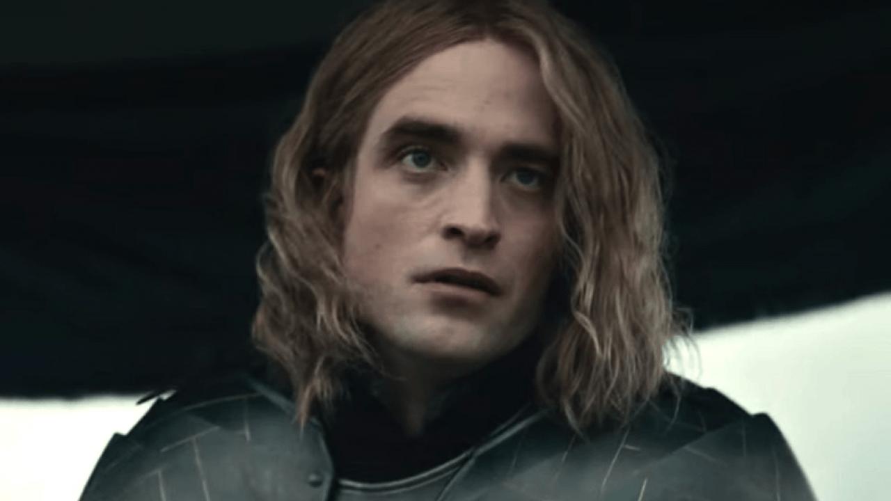 Роберт Паттинсон c длинными волосами в фильме Netflix Король