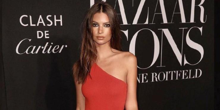 Эмили Ратаковски надела купальник на Неделю моды в Нью-Йорке