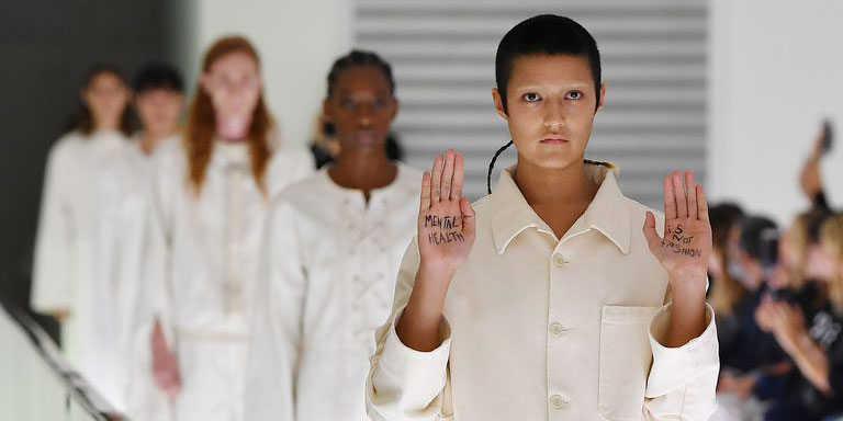 Модель устроила протест на подиуме Gucci
