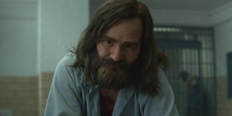 «Охотник за разумом»: Пугающее сходство Дэймона Херримана с серийным убийцей Чарльзом Мэнсоном