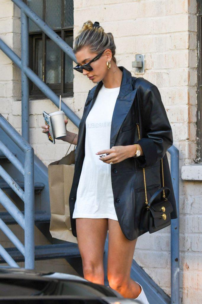 Хейли Бибер гуляет по Лос-Анджелесу без штанов