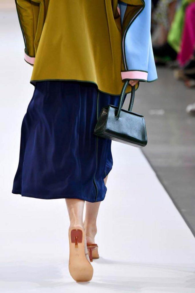 Крошечные сумки как у Рианны: миниатюрный аксессуар стал еще меньше
