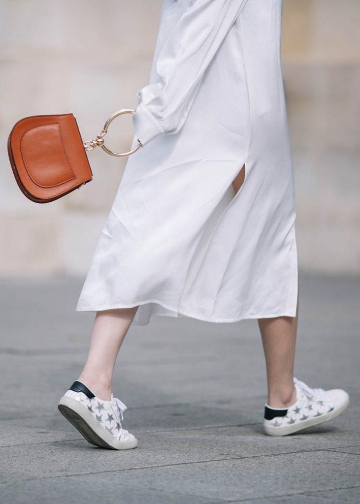 белое платье и кеды