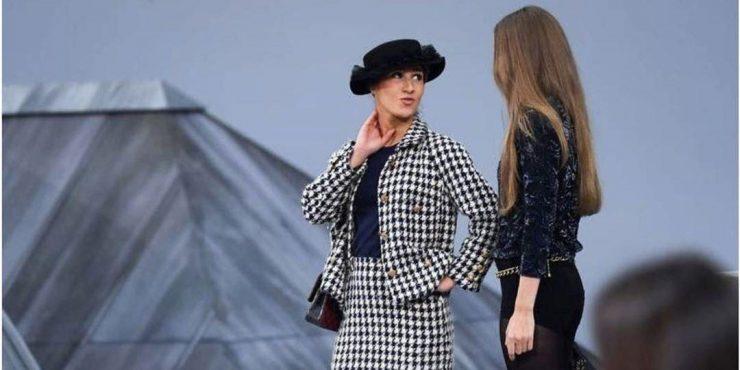 Неизвестная женщина устроила перформанс на показе Chanel