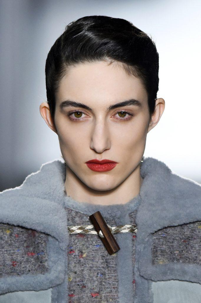 макияж для карих глаз: красная помада, коричневые тени
