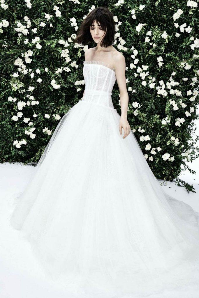 девушка в белоом платье с корсетом на фоне цветов