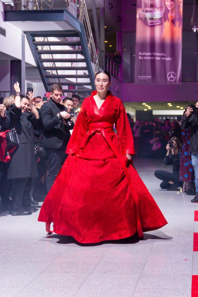 Магия красного: показ новой коллекции ALMA от Ainur Turisbek