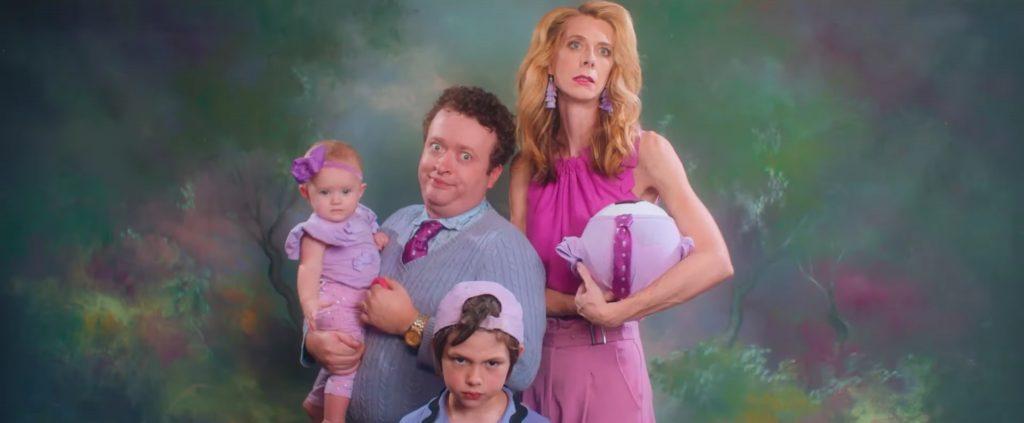 семья стоит в оттенках розового и голубого