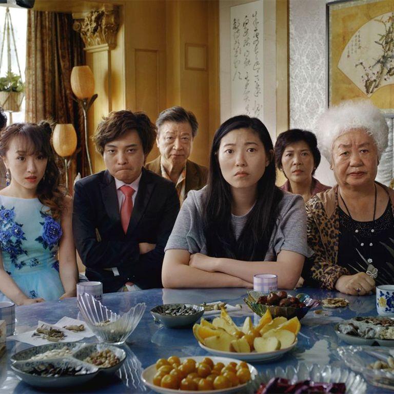 серьезная китайская семья сидит