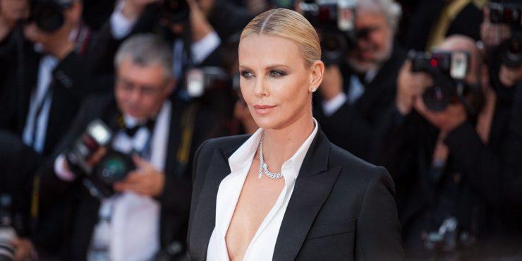 Шарлиз Терон получила престижную модную награду в любимом аксессуаре Кейт Миддлтон