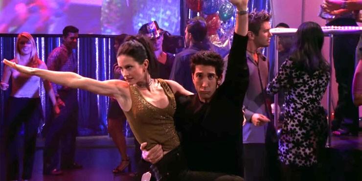Танец Кортни Кокс в ТикТоке напомнит вам сцену из сериала «Друзья»