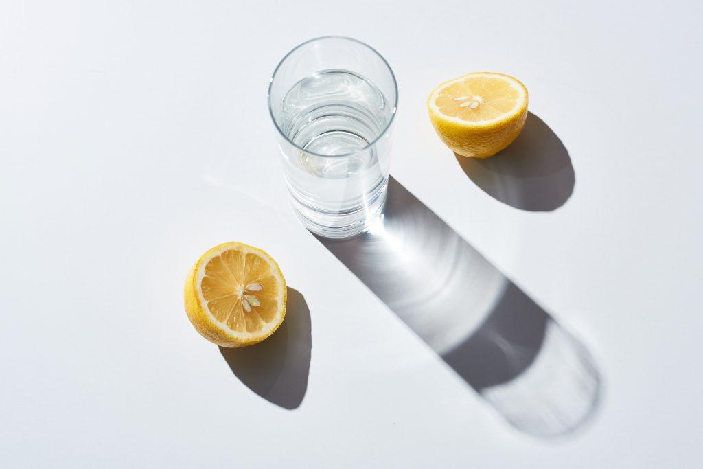 Вода с лимоном: какую пользу приносит напиток