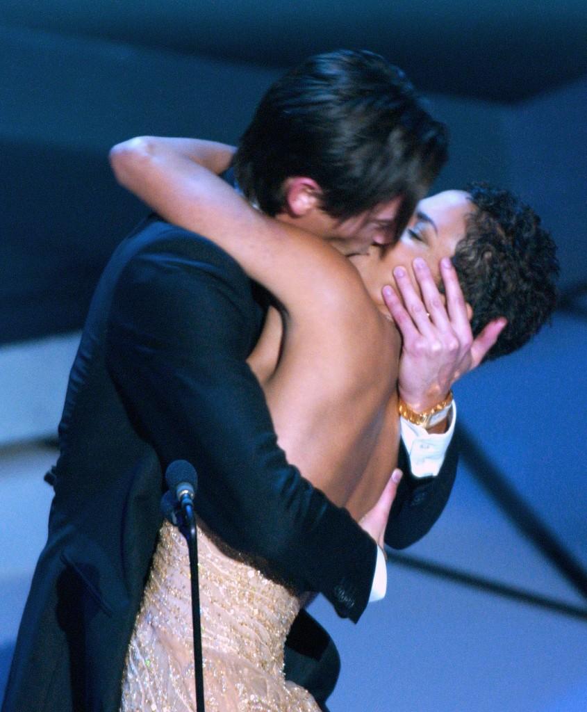 Скандалы премии «Оскар»: поцелуй Эдриана Броуди и Хэлли Берри