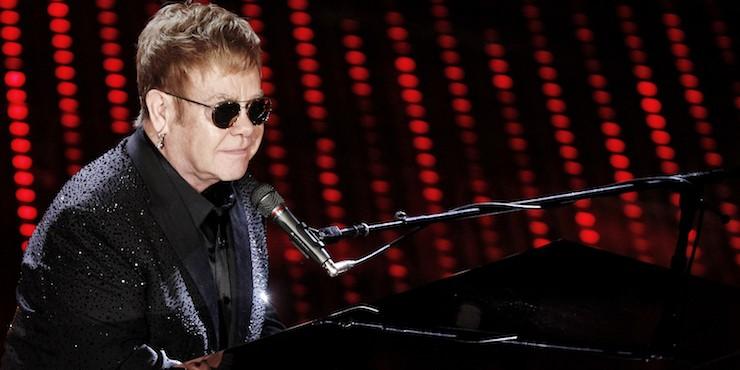 Элтон Джон заболел и отменил свой концерт прямо во время шоу