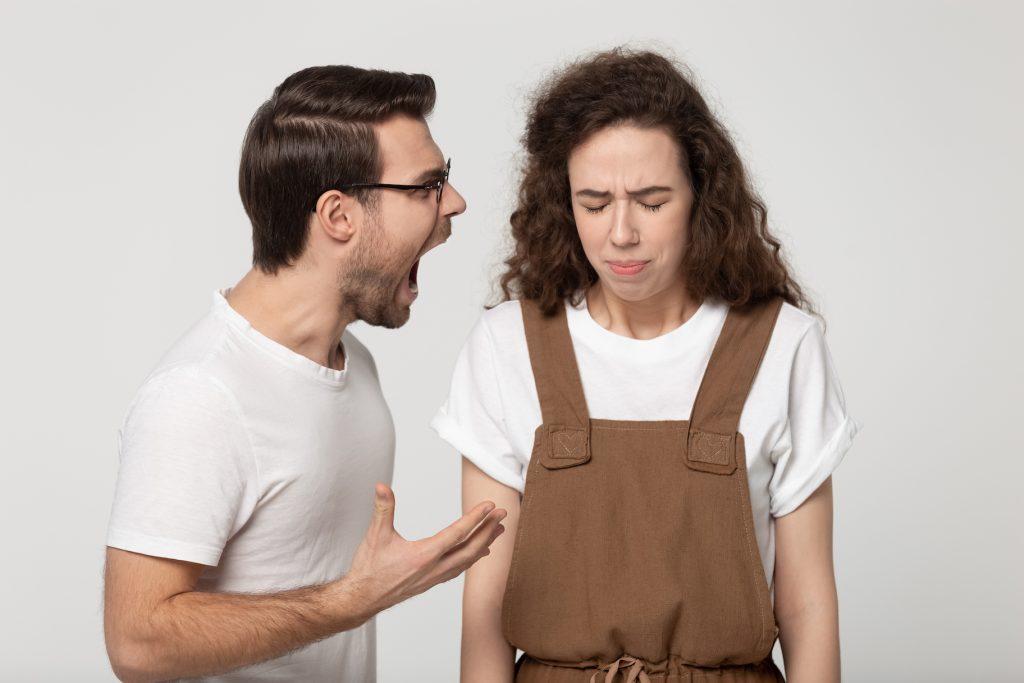 мужская манипуляция: на девушку кричат