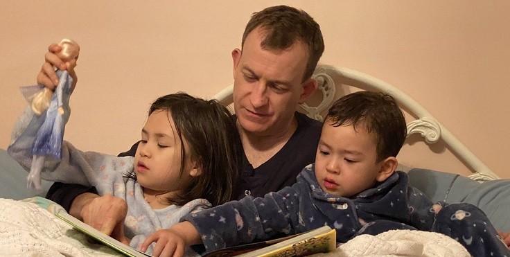 Роберт Келли и его дети: эпичное интервью о работе из дома