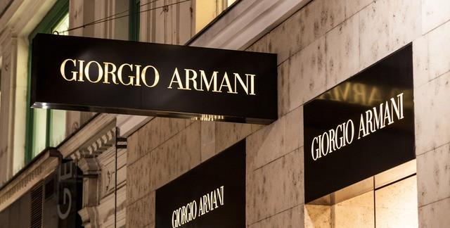 Медицина от-кутюр: модный дом Armani запускает производство халатов