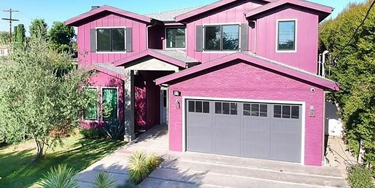 Белла Торн продает свой ярко-розовый дом. Как он выглядит?