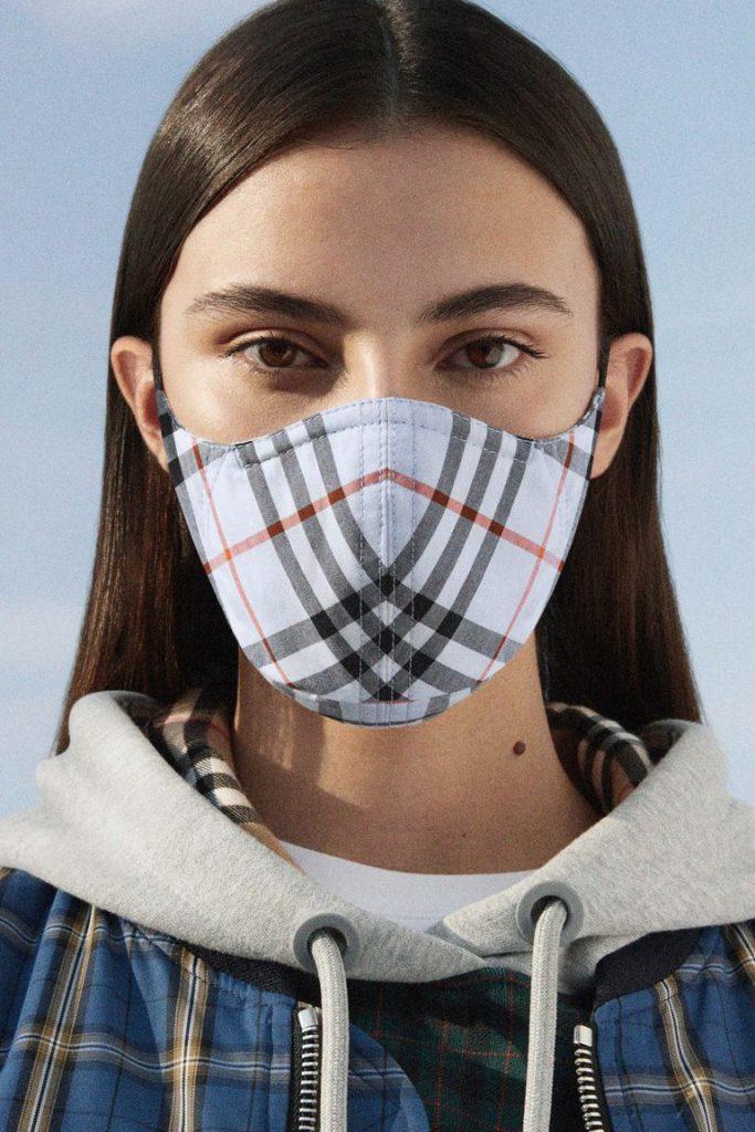 Burberry выпустили защитные маски в благотворительных целях