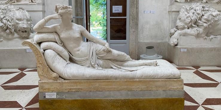 Как турист сломал палец у 200-летней скульптуры?