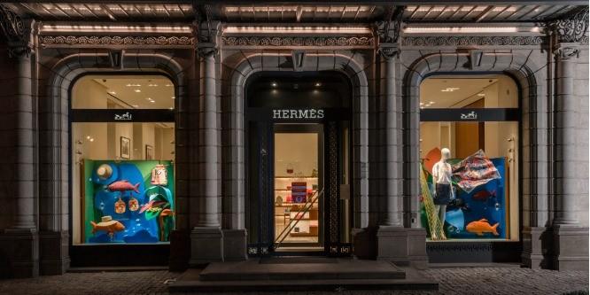 Витрины Hermès: как выглядит летнее оформление?