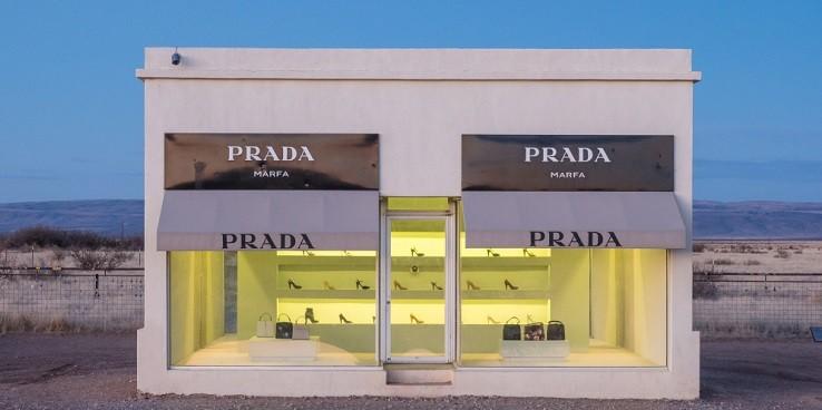 Как в американской пустыне оказался фейковый магазин Prada?