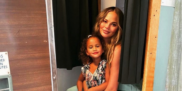 «По щекам текут слезы»: Крисси Тейген — о боли после потери ребенка
