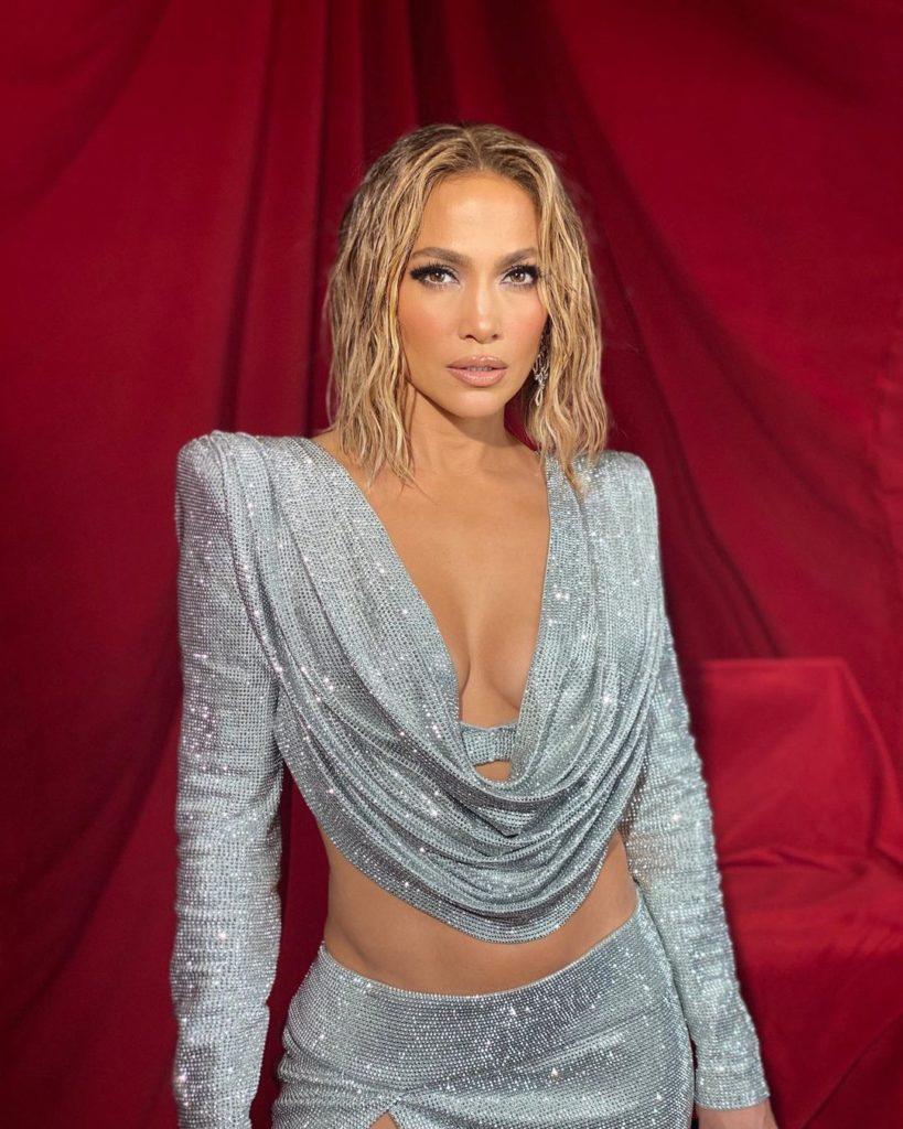 Лучшие наряды с церемонии American Music Awards 2020