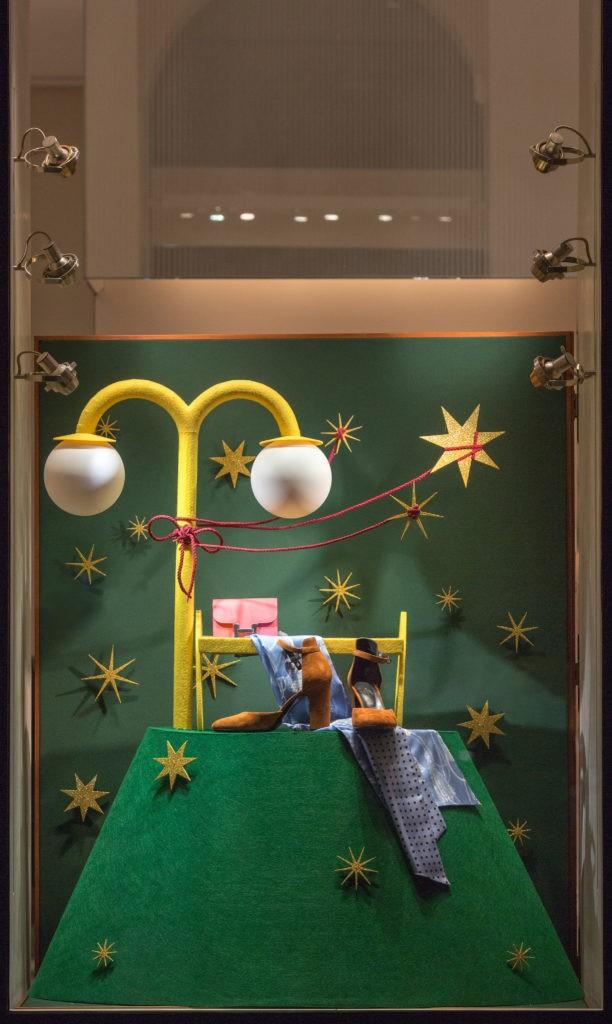 Витрины бутика Hermès нарядились в праздничные инсталляции