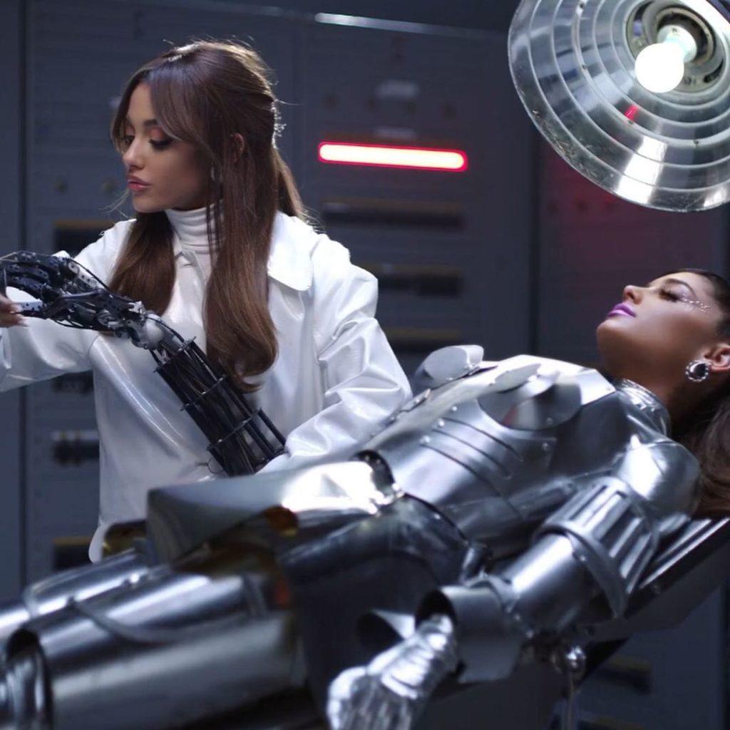 Ариана Гранде показала своего робота-двойника в новом клипе