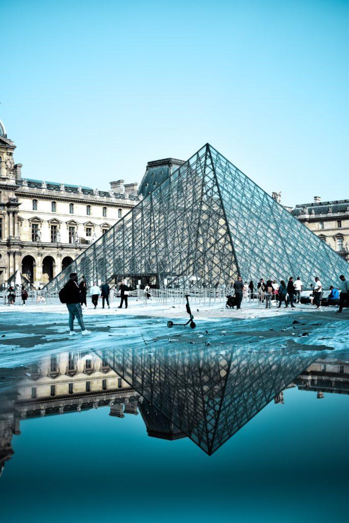 Off-White выпустили сумку, вдохновленную пирамидой Лувра