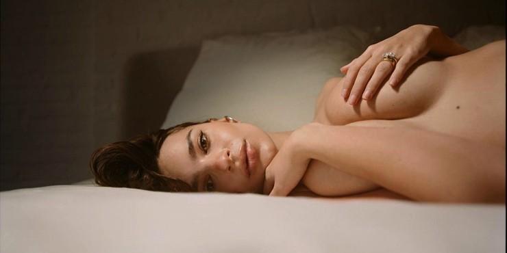 Беременная Эмили Ратаковски полностью обнажилась в новой фотосессии