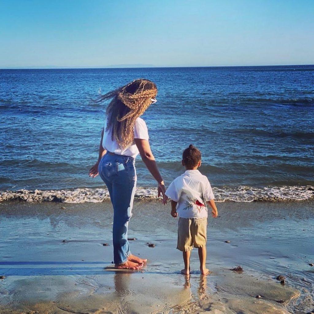 Редкие кадры: подросшие дети Бейонсе отдыхают с мамой на море