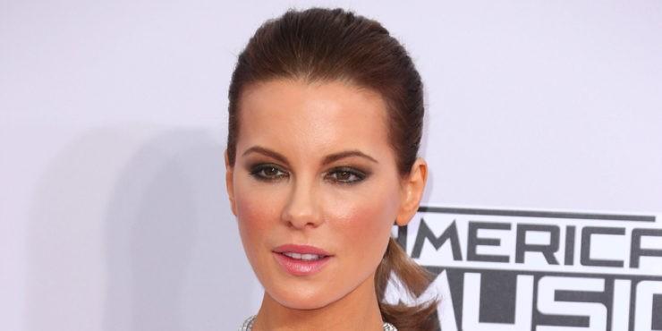 Образ дня: повторяем макияж Кейт Бекинсейл на премии AMA