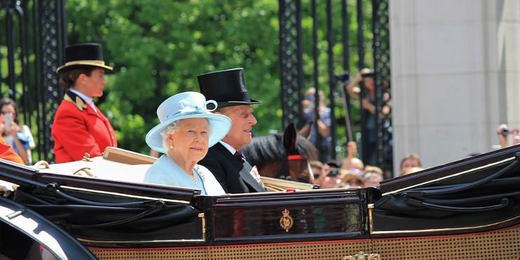 Снимки Елизаветы II с похорон мужа довели публику до слез