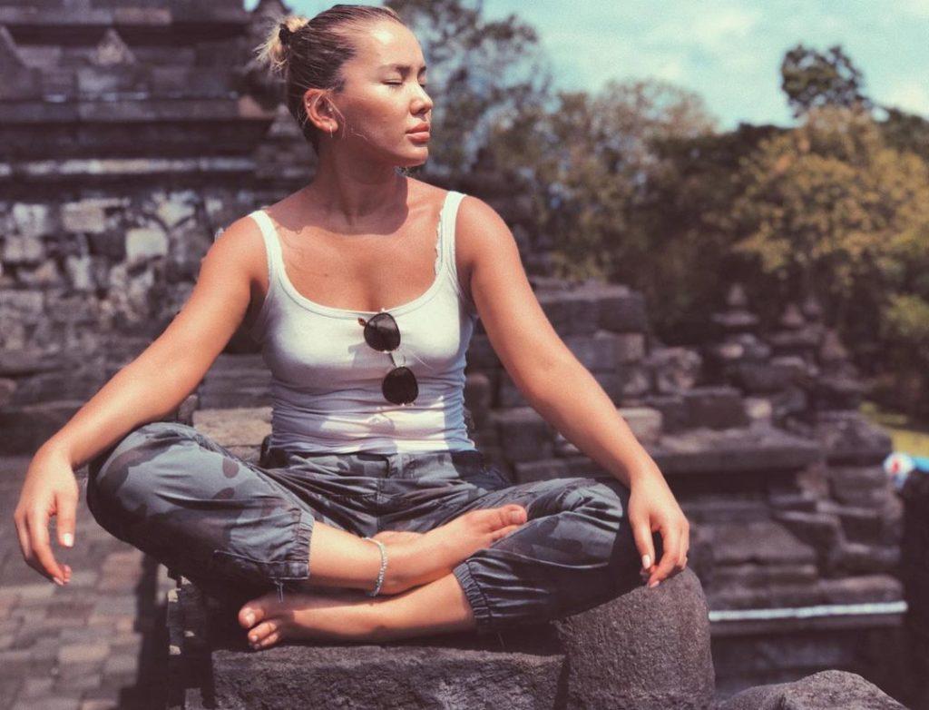 Знаменитости, которые обожают медитации и мантры