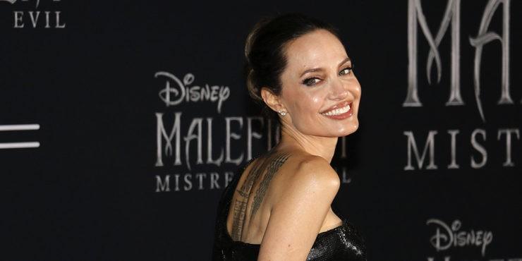 Живой улей: Полураздетая Анджелина Джоли снялась  с роем пчел