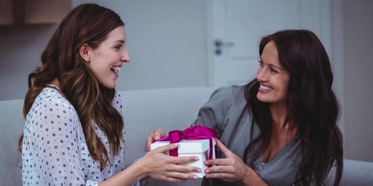 Подарки для подруги: варианты, о которых она мечтает, но боится сказать