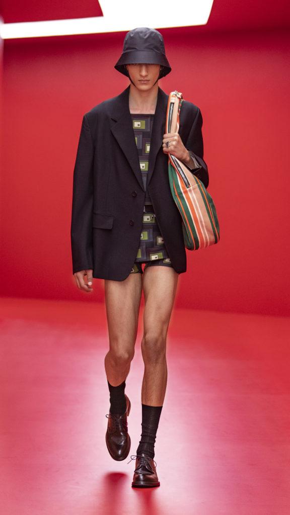 Prada задают тренд на ультракороткие шорты и нейлоновые панамы